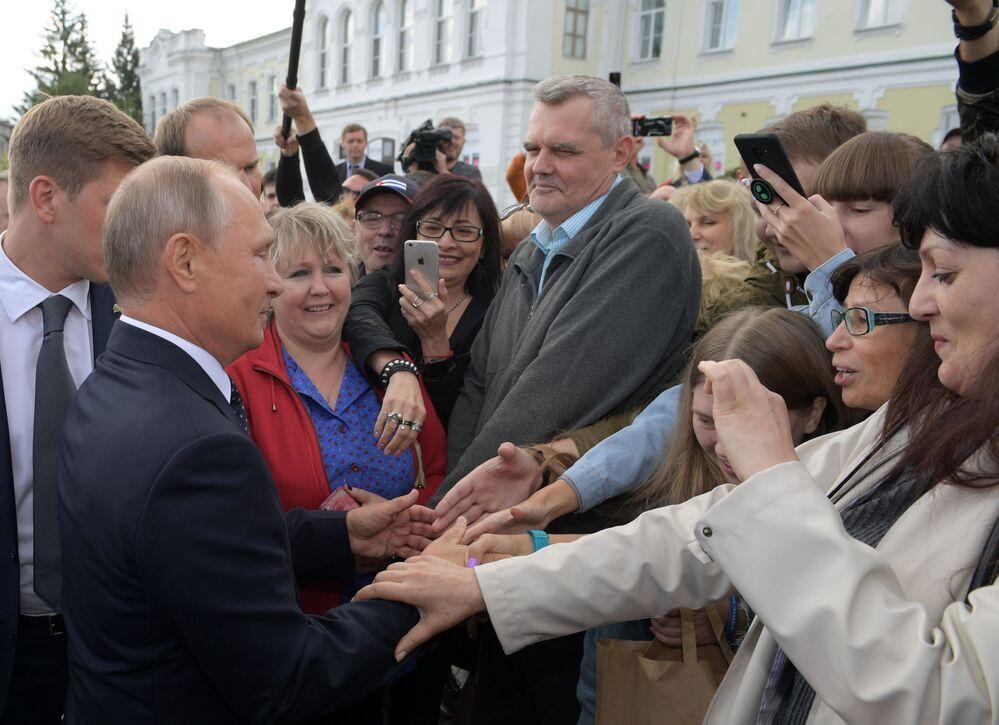 Presidente russo, Vladimir Putin, fala com habitantes da cidade de Omsk após inspecionar a renovada rua Lenin