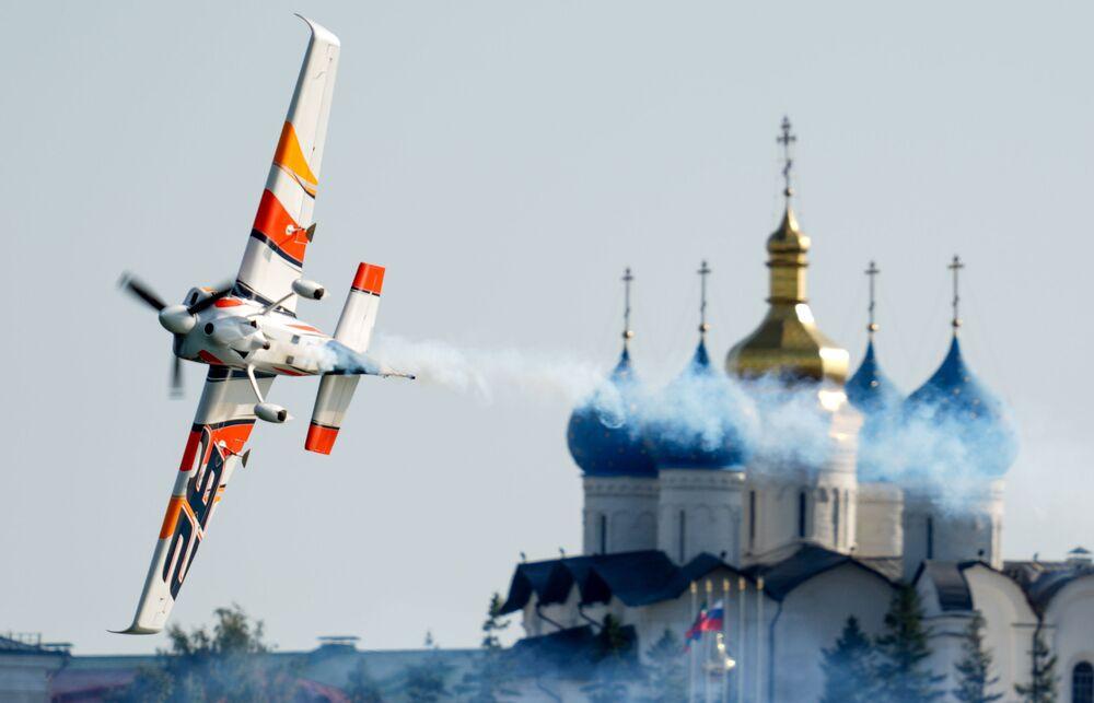 Piloto espanhol Juan Velarde participa do concurso Red Bull Air Race em Kazan