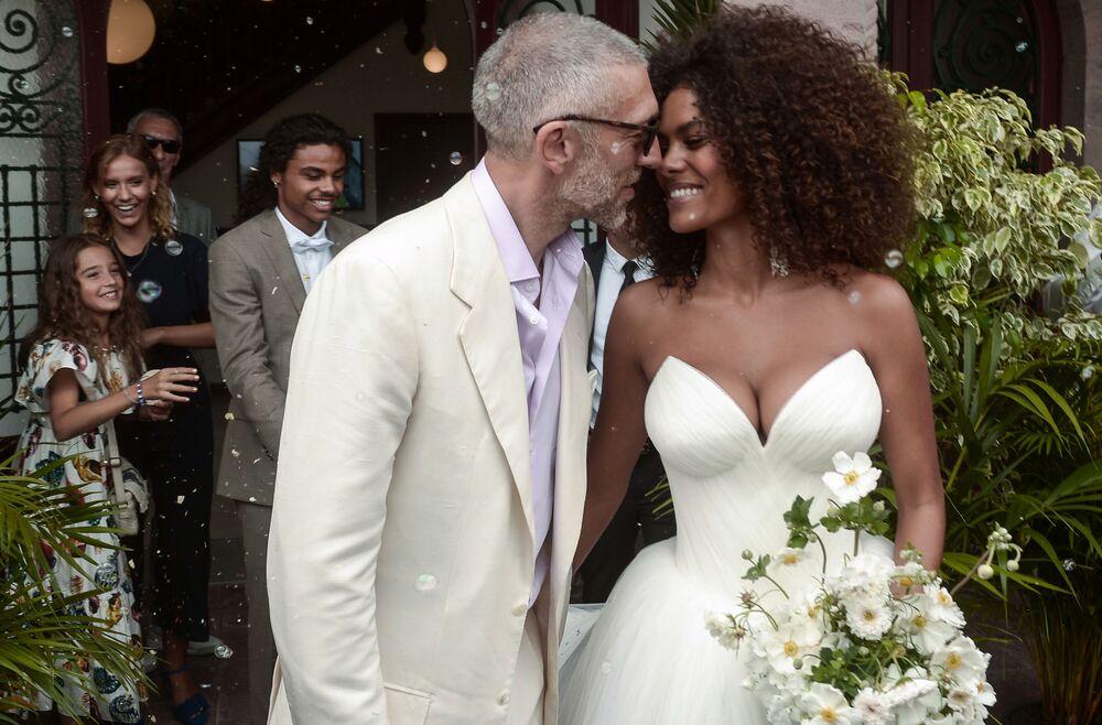 Ator francês Vincent Cassel e a modelo francesa Tina Kunakey são vistos durante a cerimônia de seu casamento em Bidart, na França
