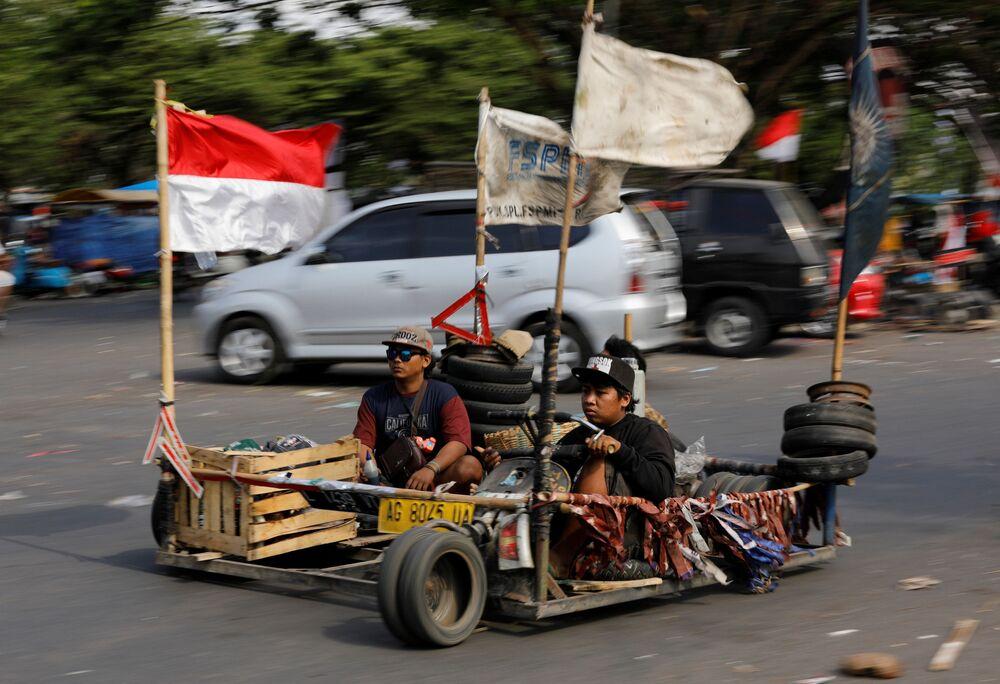 Participantes do Festival de Motonetas em Kediri, na Indonésia