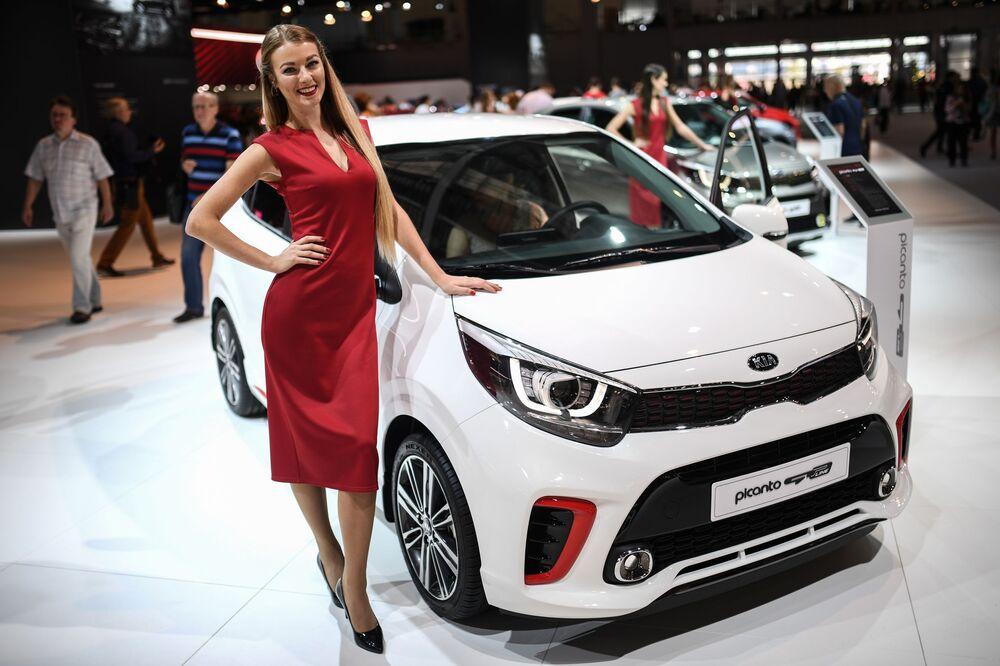 Menina promotora no pavilhão da KIA no Salão do Automóvel de Moscou