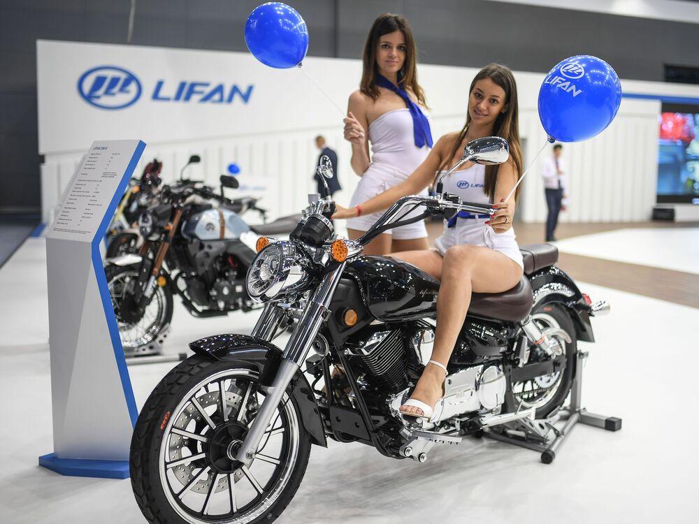 Meninas promotoras no pavilhão da empresa chinesa Lifan, no Salão do Automóvel de Moscou 2018