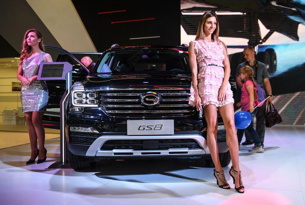 Modelos posam no pavilhão da GAC no Salão do Automóvel de Moscou 2018