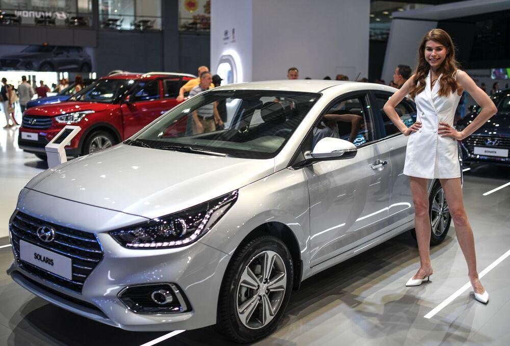 Menina promotora no pavilhão da Hyundai no Salão do Automóvel de Moscou 2018