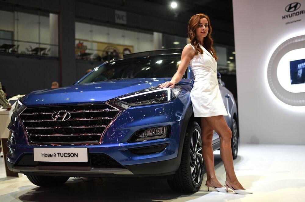 Modelo posa ao lado do novo Hyundai Tucson no Salão do Automóvel de Moscou