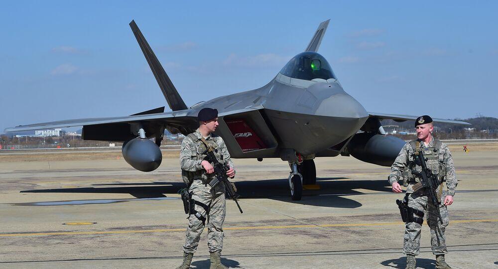 Caça norte-americano F-22 equipado com tecnologia stealth