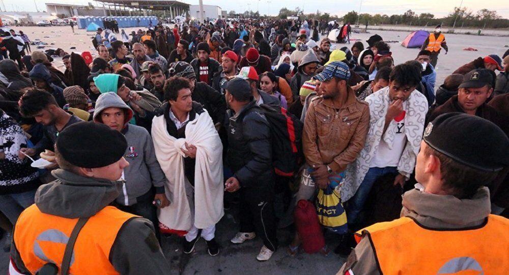 Migrantes aguardam na fronteira austro-húngara