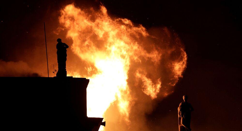 Labaredas tomam conta do Museu Nacional no Rio de Janeiro, provocando danos irrecobráveis