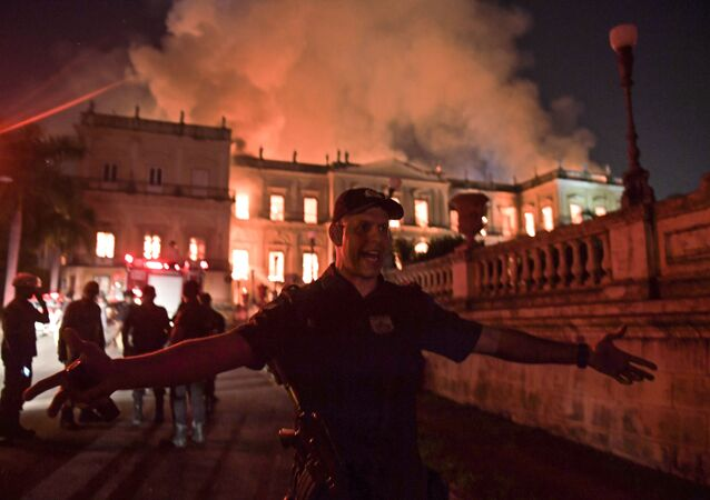 Polícia local bloqueia acesso ao prédio do Museu Nacional no Rio de Janeiro atingido por incêndio