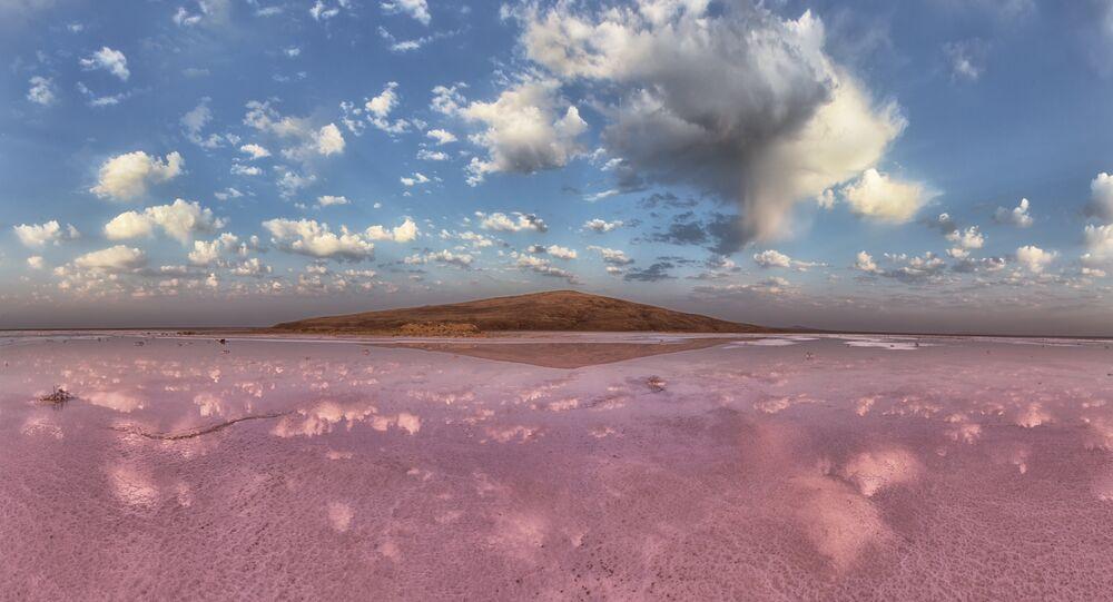 O lago rosado Koyashskoye que se situa na costa sudeste da Crimeia, Rússia