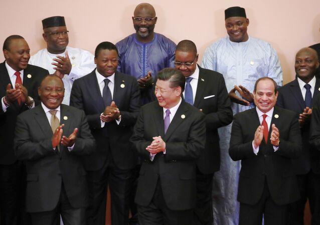 Fileira da frente, da esquerda para a direita: o presidente da África do Sul, Cyril Ramaphosa; o presidente da China, Xi Xinping; o presidente do Egito, Abdel Fattah al-Sisi. Fileira intermediária, da esquerda para a direita: o presidente do Quênia, Uhuru Kenyatta ; o presidente do Togo, Faure Gnassingbé; o presidente do Malawi, Arthur Peter Mutharika; o presidente de Guiné-Bissau (José Mario Vaz). Fileira do fundo, da esquerda para a direita: o presidente de Serra-Leoa, Julius Maada Bio; o presidente da Libéria, George Weah; e outros líderes africanos durante Fórum Sino-Africano de Cooperação (FOCAC), em Pequim, 2018.