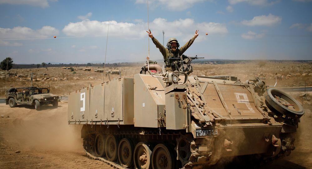 Um soldado israelense em um veículo blindado após a visita do ministro da Defesa de Israel, Avigdor Lieberman, nas colinas de Golã.