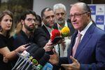 Geraldo Alckmin conversa com repórteres