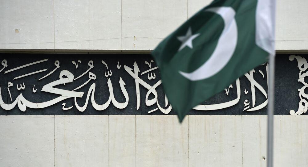 Um policial paquistanês fica de guarda no telhado do edifício do Parlamento durante sessão especial (arquivo)