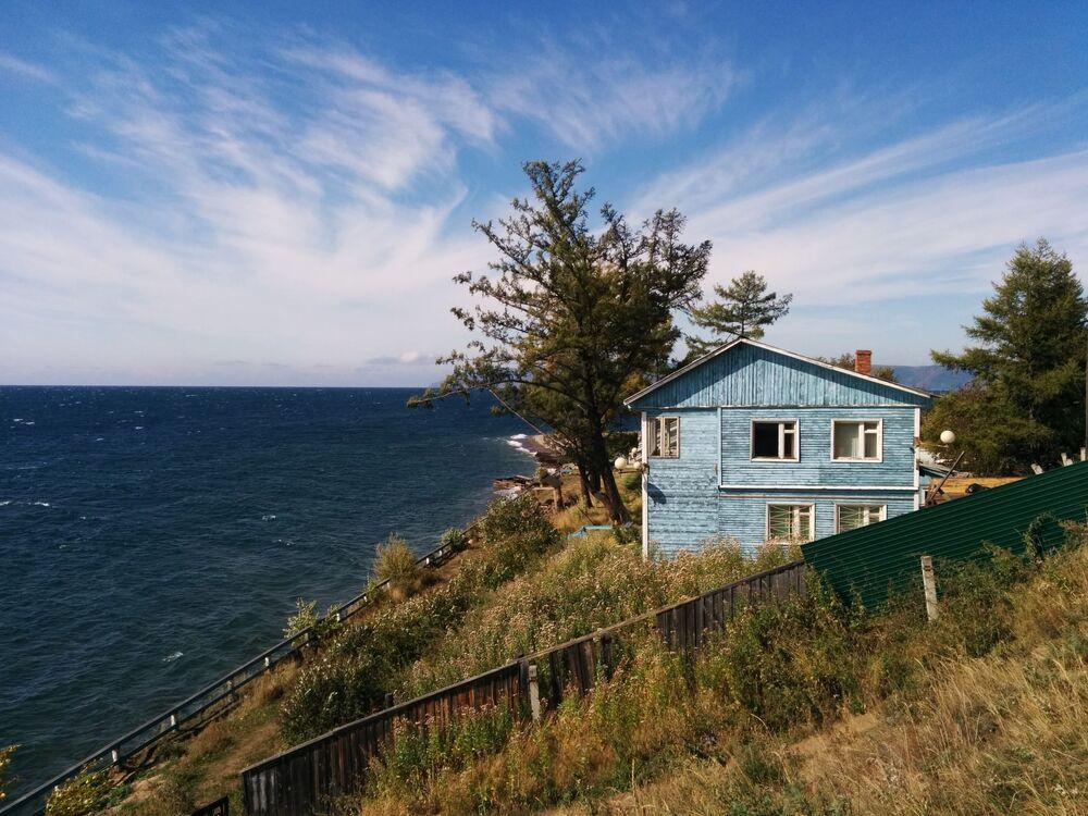 Casa de madeira azul localizada à margem do lago Baikal, sul da Sibéria (Rússia)
