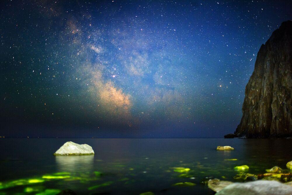 Paisagem incrível mostra céu noturno sobre o lago Baikal, na Rússia, onde se é possível ver milhões de estrelas