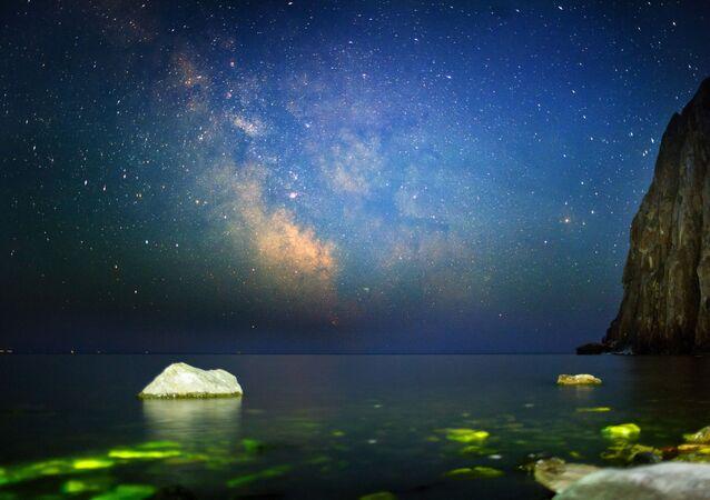 Imagem mostra céu noturno incrível onde se é possível ver estrelas sobre o lago Baikal, na Rússia