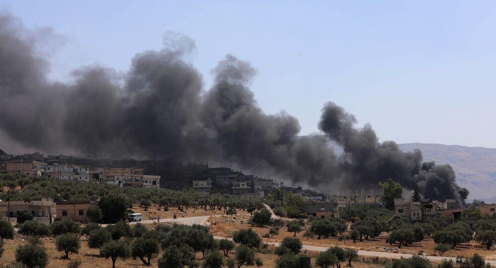 Fogo depois de ataque aéreo da Força Aeroespacial russa sobre as posições de terroristas na província de Idlib, a 4 de setembro de 2018