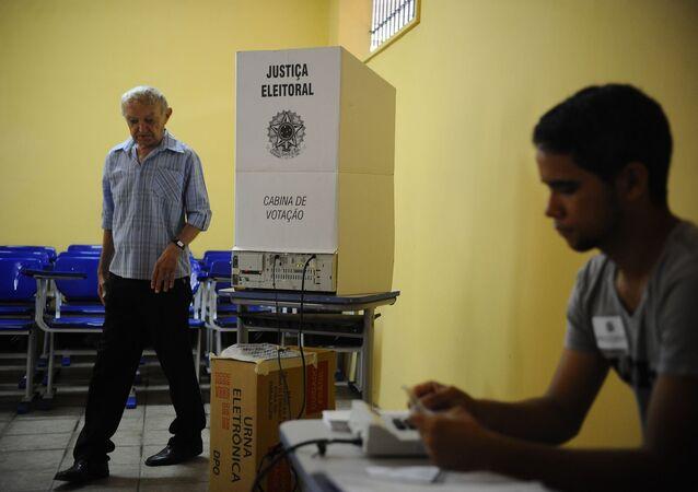 Homem vota em urna eletrônica no Pará.