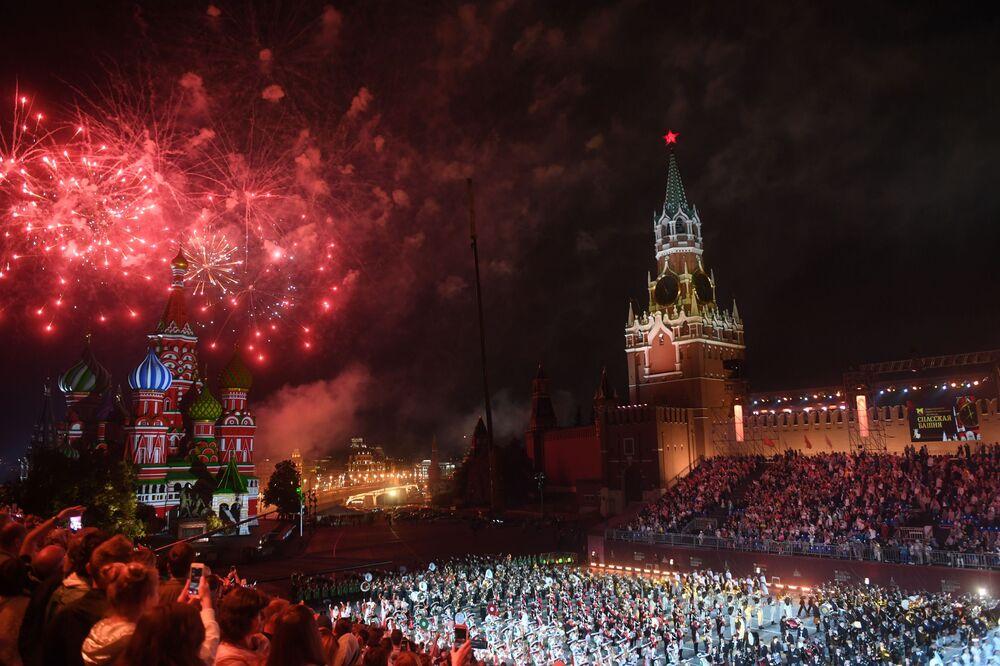 Fogos de artifício no encerramento do XI Festival Internacional de Música Militar Torre Spasskaya na Praça Vermelha, em Moscou