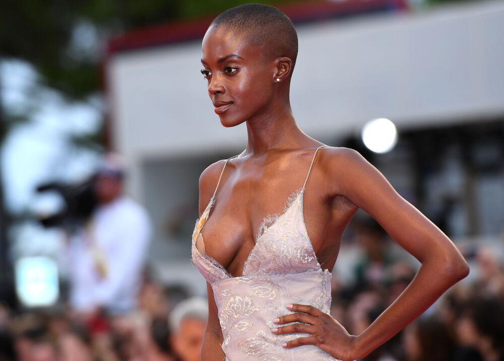 Modelo Madisin Rian durante estreia de filme no 75º Festival Internacional de Cinema de Veneza, Itália