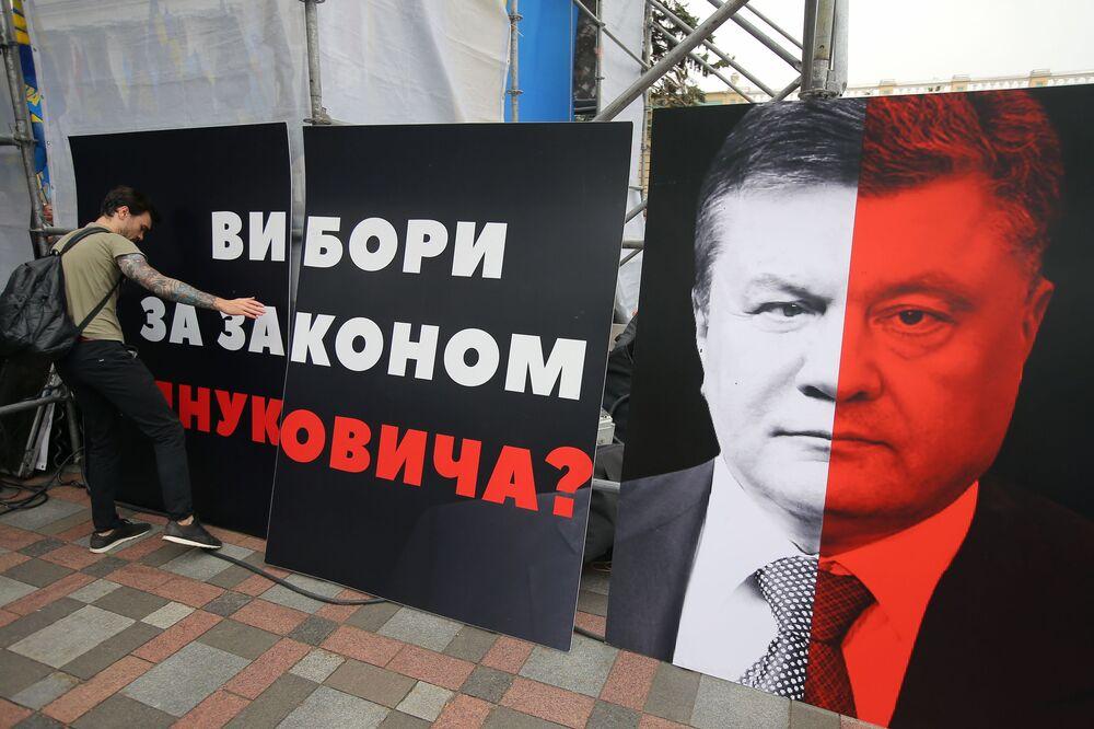 Participante em ato de protesto em frente à Suprema Rada da Ucrânia, em Kiev, exigindo a reforma do sistema eleitoral e contra os oligarcas no poder
