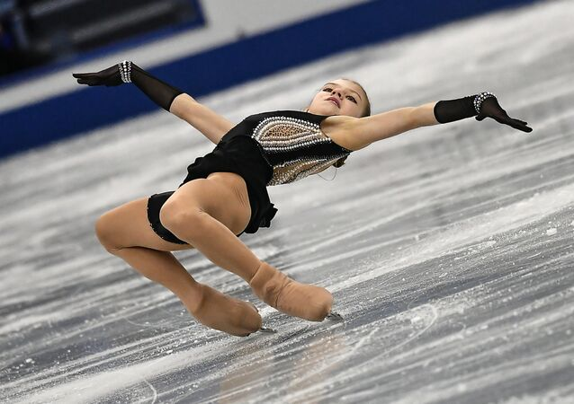 Aleksandra Trusova, patinadora russa, realiza salto no programa de patinação individual feminina nas finais do Grand Prix Júnior de Patinação Artística no Gelo, em Nagoya, Japão
