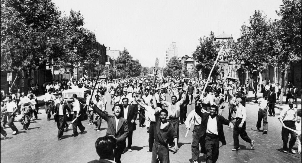 Manifestantes armados com pedaços de madeira gritam slogans durante tumultos em Teerã, agosto de 1953