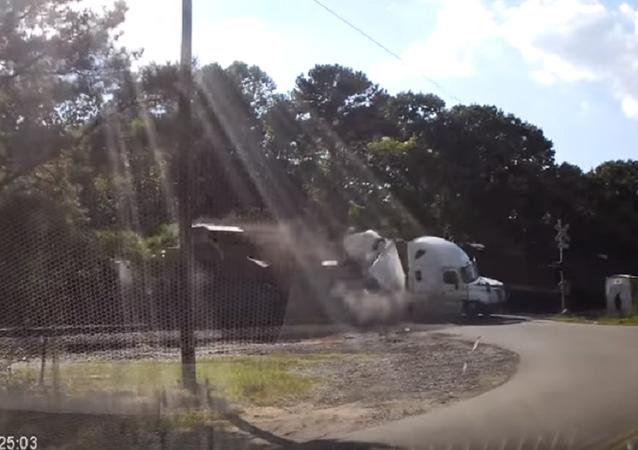 Trem corta caminhão ao meio como se fosse papel