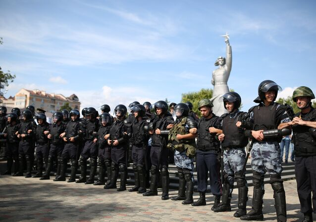Policiais durante o protesto não sancionado contra a reforma da Previdência na cidade russa de Krasnosdar