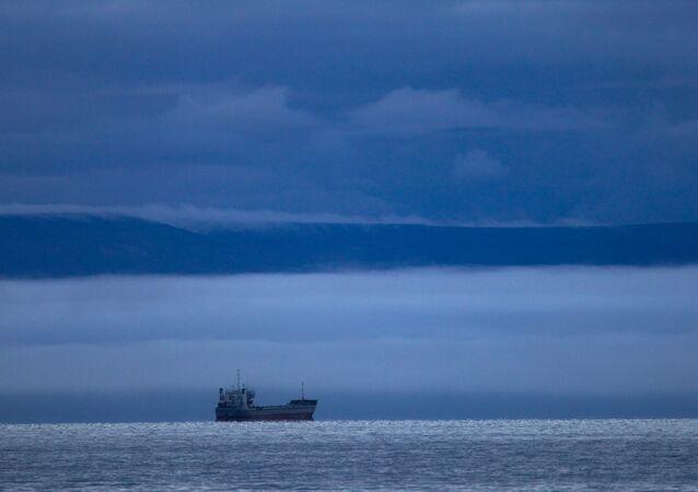 Embarcação seguindo através da Rota Marítima do Norte