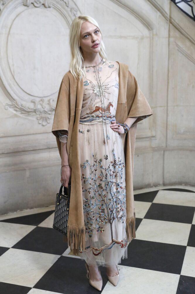 Modelo russa Sasha Pivovarova posa para foto antes do desfile de moda de Christian Dior, em Paris (França), em 22 de janeiro de 2018