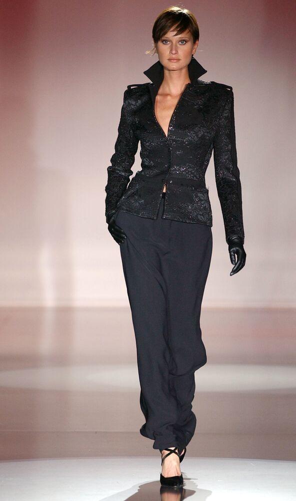 Top model russa, Natalia Semanova, vestida com roupa do estilista espanhol Felipe Varela durante desfile de moda 2002-2003 em Madri (Espanha), em 20 de fevereiro de 2002