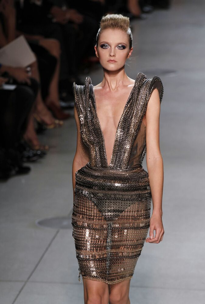 Top model russa, Vlada Roslyakova, apresenta criação do estilista indiano Manish Arora para Paco Rabanne durante desfile de moda em Paris (França), em 4 de outubro de 2011