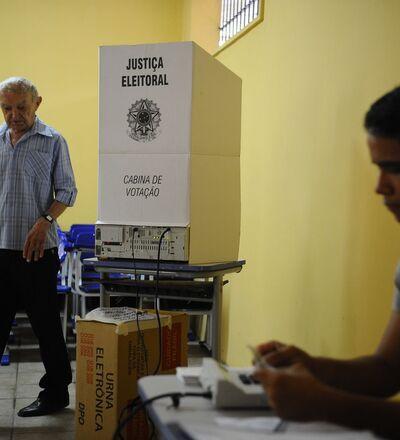 Eleitor vota nas eleições de 2014.
