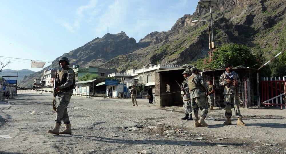 Agentes da polícia afegã em guarda perto da passagem de Torkham, entre Afeganistão e Paquistão, na província de Nangarhar (arquivo)