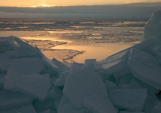 Amanhecer na costa do mar de Okhotsk