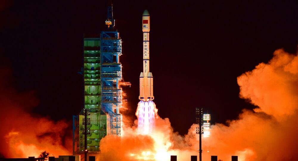 O laboratório Tiangong 2 é lançado em um foguete Long March-2F do Centro de lançamento de satélites Jiuquan, no deserto de Gobi, na província chinesa de Gansu.