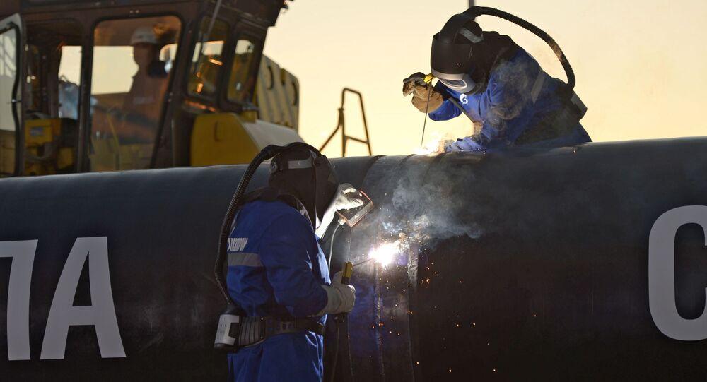 Soldagem duma costura no gasoduto Poder da Sibéria
