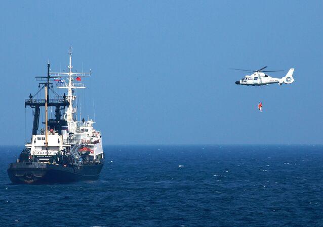 Avião chinês se aproximando de uma embarcação russa durante as manobras conjuntas (foto de arquivo)