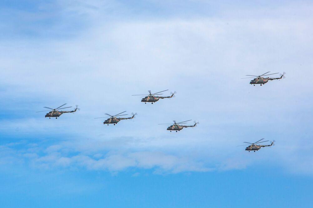 Helicópteros militares sobrevoando o Distrito Militar Oriental russo durante os grandiosos exercícios militares Vostok 2018