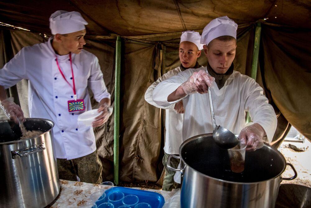 Cozinheiros durante os exercícios militares Vostok 2018 no polígono de Telemba, a uns 130 km ao norte da cidade siberiana de Chita