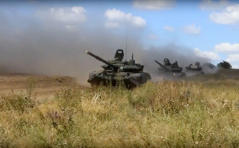 Tanques treinando combate durante os exercícios militares Vostok 2018 na região russa de Chita