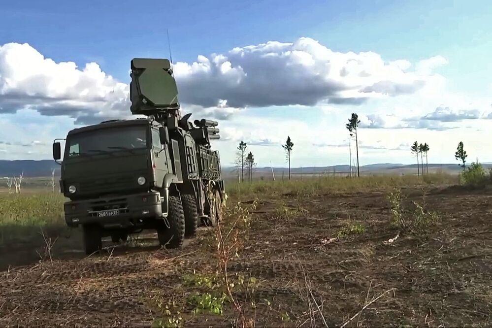 Sistema móvel de mísseis terra-ar Pantsir-S durante as manobras Vostok 2018