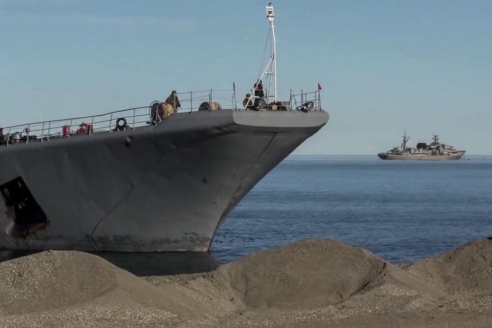 Grande navio anfíbio do Projeto 775 Aleksandr Otrakovky antes de desembarque no âmbito das manobras Vostok 2018