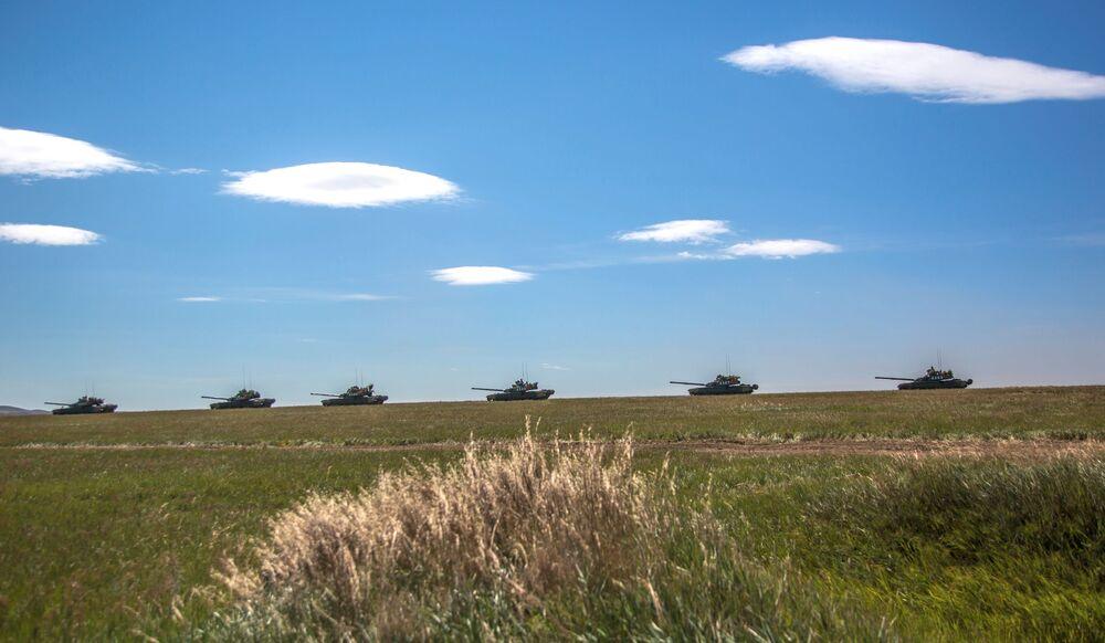 Tanques no campo durante as manobras militares Vostok 2018 no Extremo Oriente