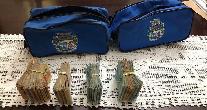 R$ 34 mil e US$ 850 apreendidos na casa do prefeito de Japeri.