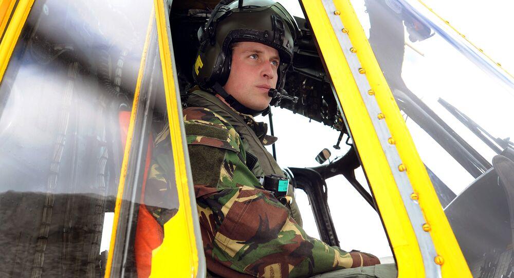 O príncipe William, da Grã-Bretanha, é fotografado no controle de um helicóptero da Sea King durante um exercício de treinamento em Holyhead Mountain, no norte do País de Gales (arquivo)