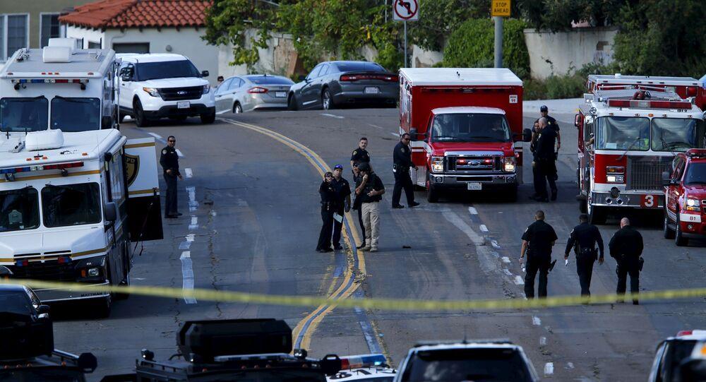 Polícia e bombeiros no local de um tiroteio cometido por pessoa armada com um rifle em Bakers Hills, San Diego, California. Foto de 4 de novembro de 2015.