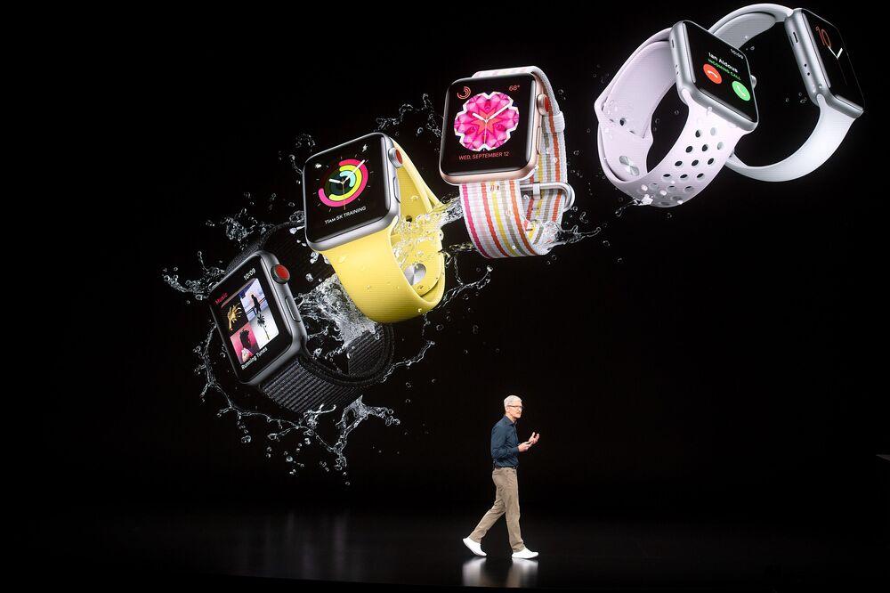 Tim Cook, presidente-executivo da Apple, apresenta os novos modelos do Apple Watch da Série 4 que terão pulseiras de diversas cores